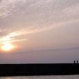 夕焼けの防波堤
